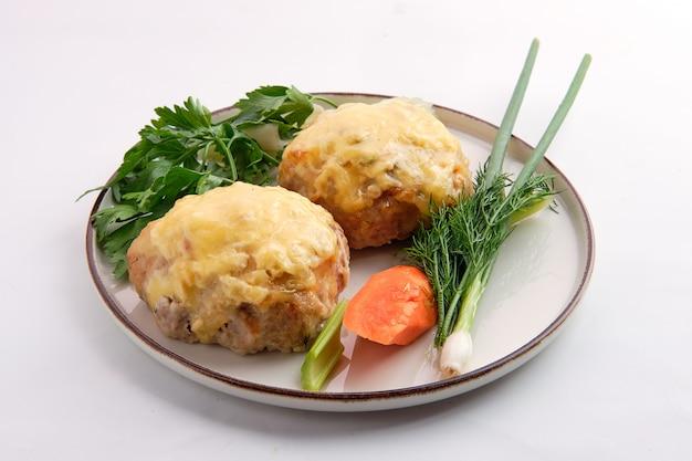 Mit geschmolzenem käse überzogenes schnitzel, serviert mit frischer karotte, frühlingszwiebel und parmesan Premium Fotos