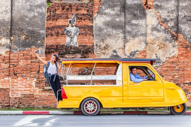 Mit stehen auf taxi oder tuk tuk und viel spaß mit altem tempel (wat mahathat) hintergrund Premium Fotos
