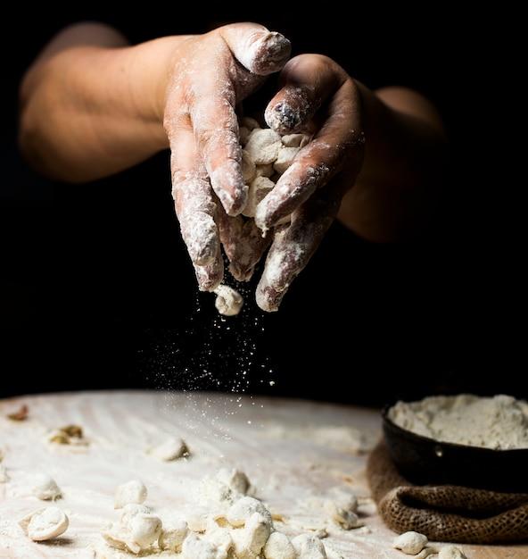 Mit teig zubereitete khingale mit mehl bestreuen. Kostenlose Fotos