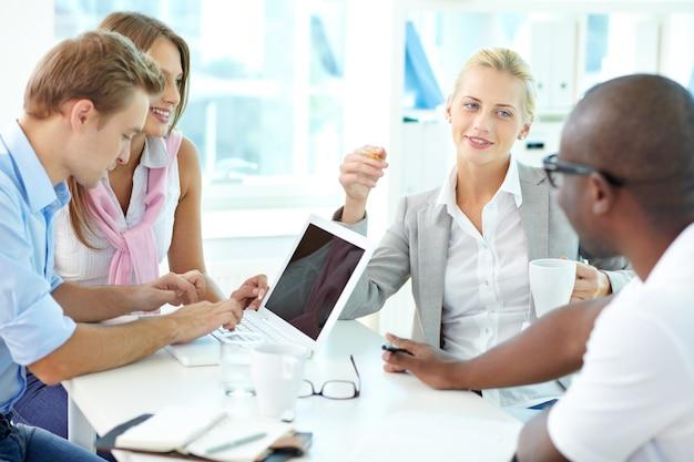 Mitarbeiter interagieren Kostenlose Fotos