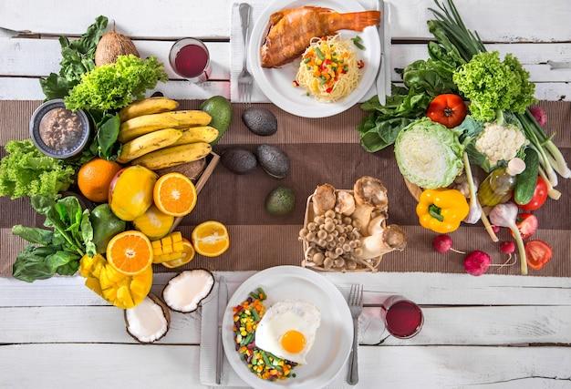 Mittagessen am tisch mit gesunden bio-lebensmitteln. draufsicht Kostenlose Fotos