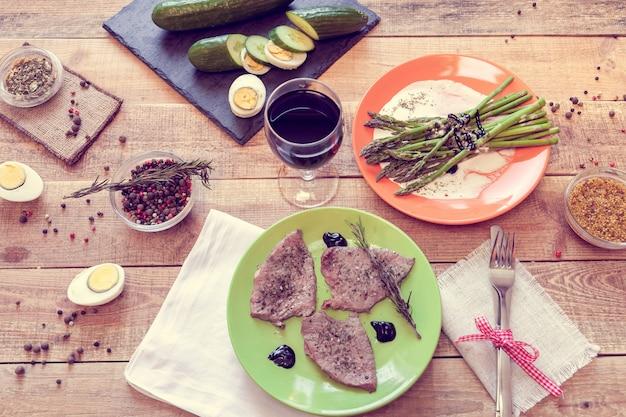 Mittagessen mit steaks, spargel und wein Premium Fotos