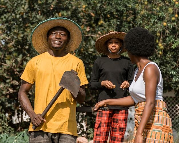 Mittelschuss afrikanische leute mit spaten Premium Fotos