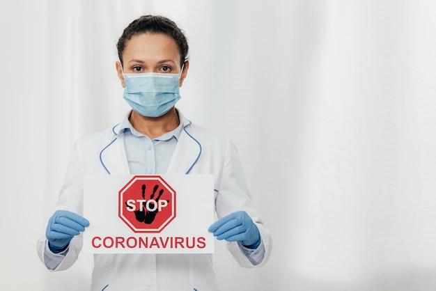 Mittelschussarzt mit coronavirus-zeichen Kostenlose Fotos