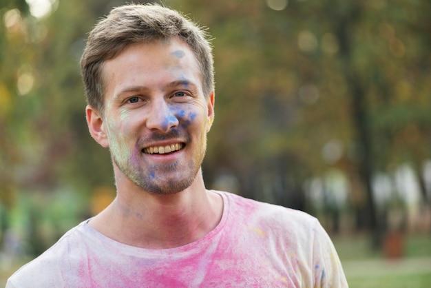 Mittlere einstellung des farbigen gesichts des mannes Kostenlose Fotos
