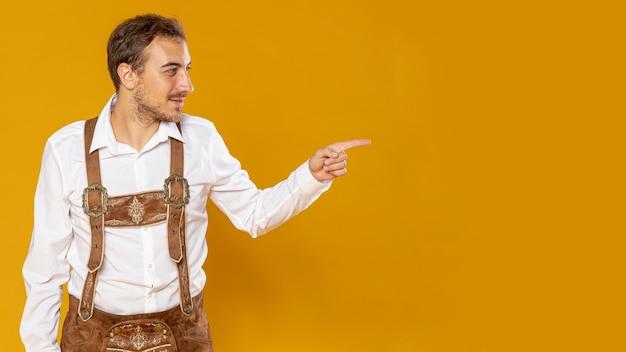 Mittlere einstellung eines mannes, der neben ihm zeigt Kostenlose Fotos