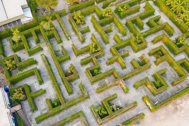 Mittlere höhe der draufsicht des luftfotos des labyrinthgrün-parkgartens Premium Fotos