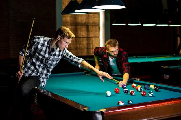 Mittlere jungs mit pool queues und bällen Kostenlose Fotos
