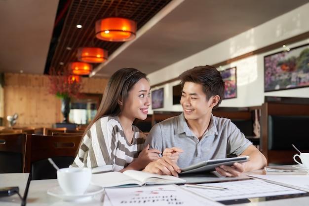 Asiatischer Perversling Mit Seinem Dienstmädchen