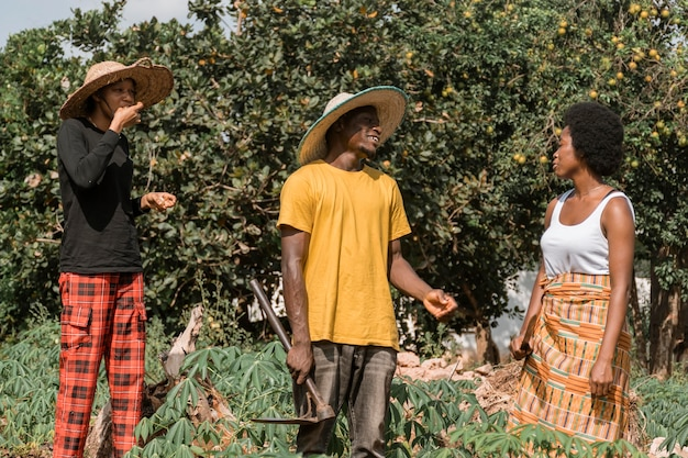 Mittlere schuss afrikanische leute im freien Premium Fotos