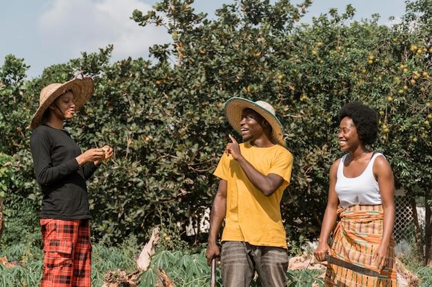 Mittlere schuss smiley-afrikaner Kostenlose Fotos