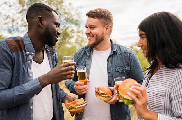 Mittlere schuss smiley-freunde mit essen Kostenlose Fotos