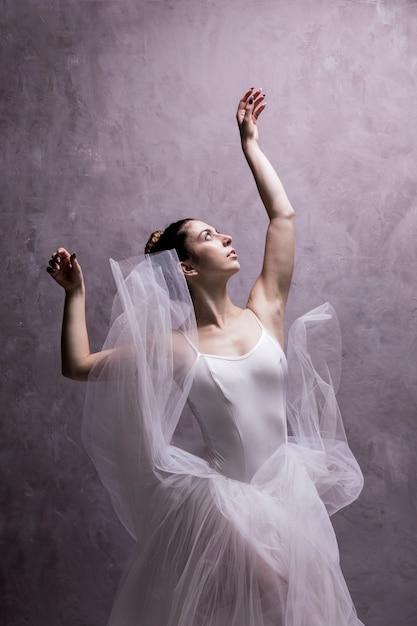 Mittlere schussballerina, die oben schaut Kostenlose Fotos
