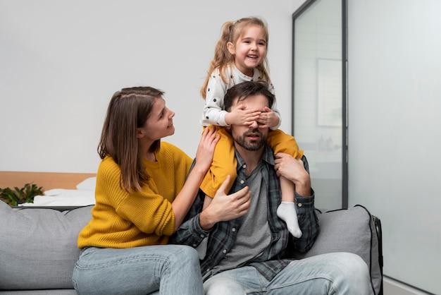 Mittlere schussfamilie zu hause Kostenlose Fotos