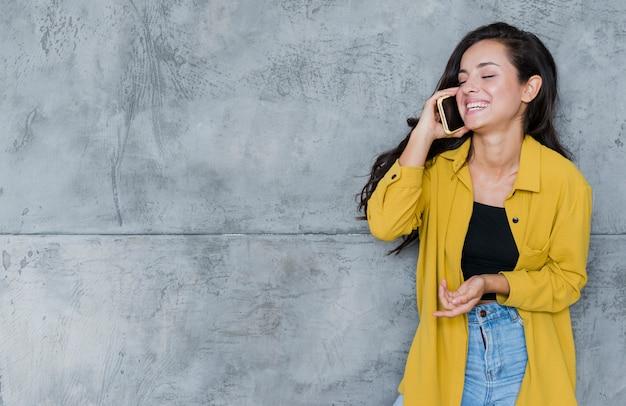 Mittlere schussfrau, die am telefon spricht Kostenlose Fotos