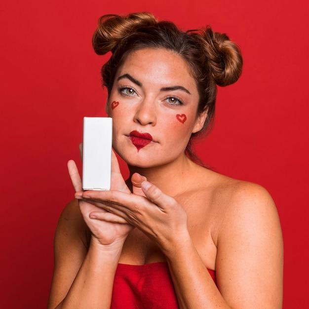Mittlere schussfrau, die kasten hält Premium Fotos