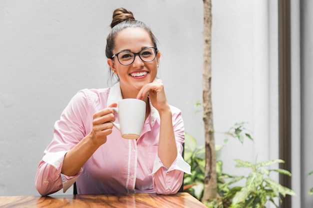Mittlere schussfrau mit gläsern im büro Kostenlose Fotos