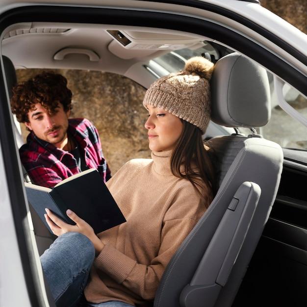 Mittlere schussfrau und mann im auto Kostenlose Fotos