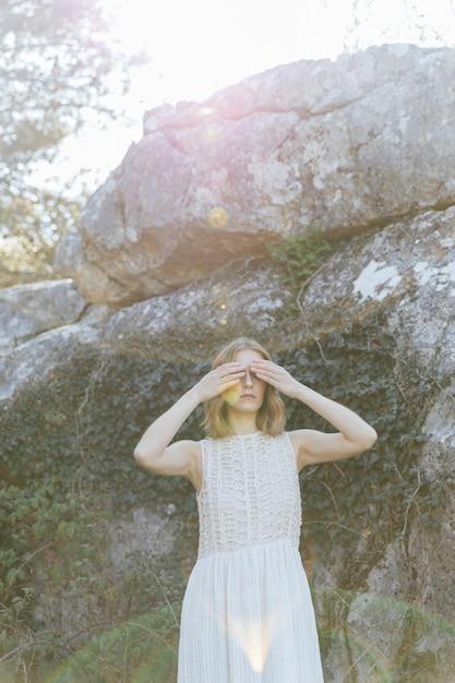 Mittlere schussfrauen-bedeckungsaugen mit den händen Kostenlose Fotos