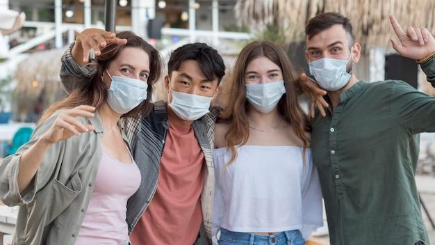 Mittlere schussfreunde, die medizinische masken tragen Kostenlose Fotos