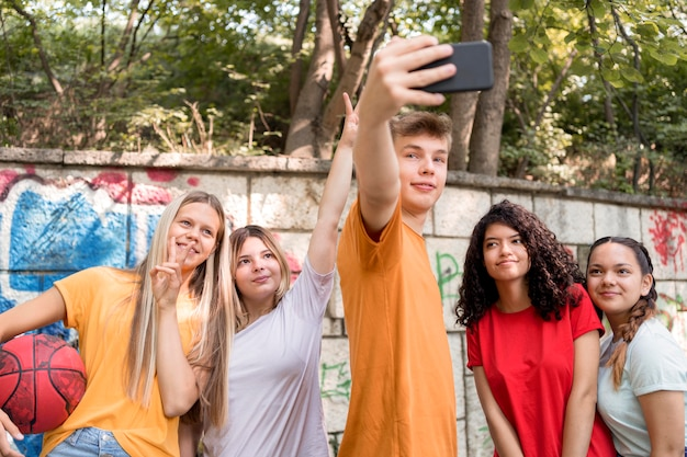 Mittlere schussfreunde, die selfies machen Kostenlose Fotos