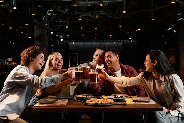 Mittlere schussfreunde mit bierkrügen Premium Fotos