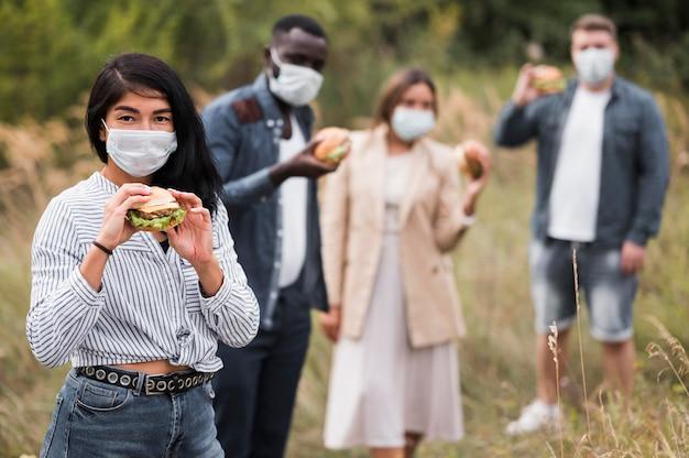 Mittlere schussfreunde mit burgern im freien Premium Fotos