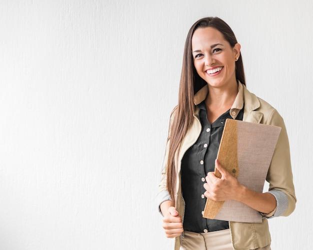Mittlere schussgeschäftsfrau, die mit kopienraum lächelt Kostenlose Fotos