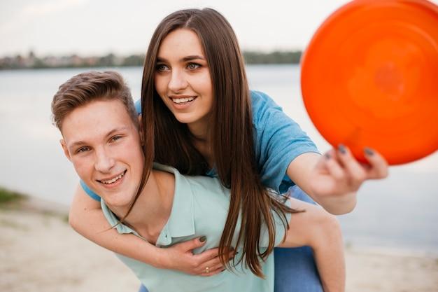Mittlere schussjugendliche mit rotem frisbee Kostenlose Fotos