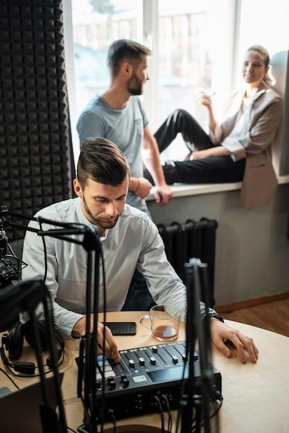 Mittlere schussleute beim radiosender Kostenlose Fotos