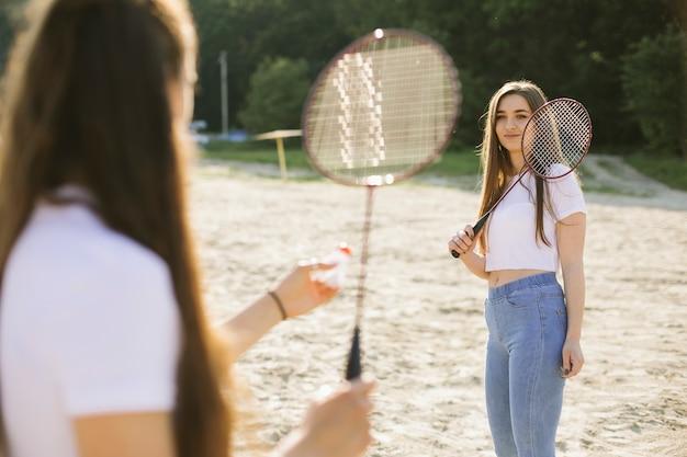 Mittlere schussmädchen, die badminton spielen Kostenlose Fotos
