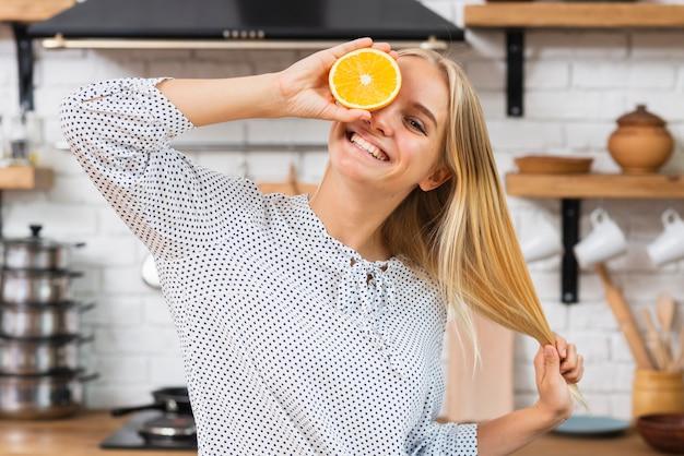 Mittlere schusssmileyfrau mit halber orange Kostenlose Fotos