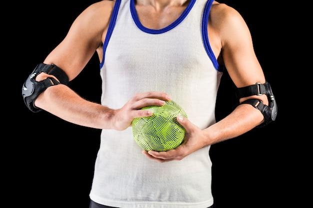 Mittlerer abschnitt des athletenmannes ball halten Premium Fotos