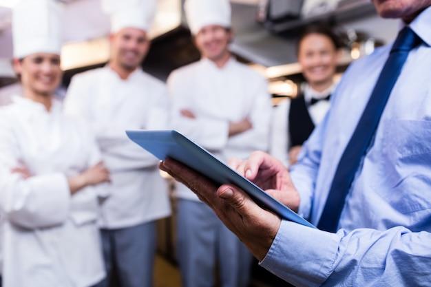 Mittlerer abschnitt des managers, der digitale tablette verwendet Premium Fotos