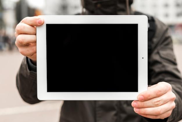 Mittlerer abschnitt eines mannes, der kopienraum der digitalen anzeige für das schreiben des textes zeigt Kostenlose Fotos