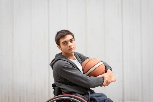 Mittlerer schuss behinderter mann, der ball hält Premium Fotos