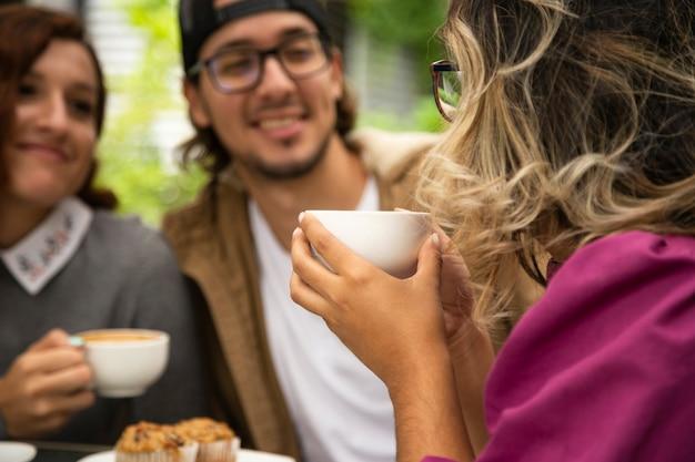Mittlerer schuss der frau kaffeetasse halten Kostenlose Fotos