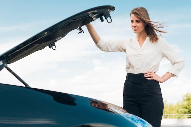 Mittlerer schuss der frauenöffnungs-autohaube Kostenlose Fotos
