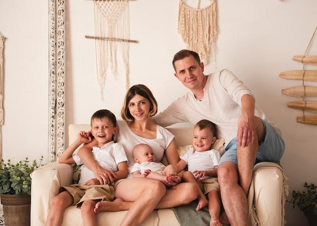 Mittlerer schuss der glücklichen familie zuhause Kostenlose Fotos