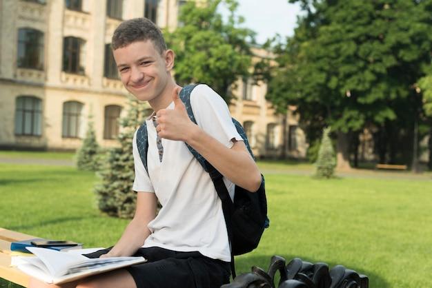 Mittlerer schuss der seitenansicht des lächelnden teenagers Kostenlose Fotos