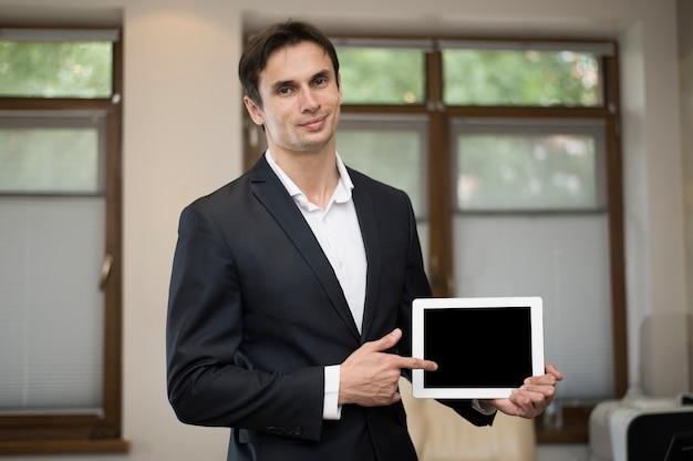 Mittlerer schuss des geschäftsmannes tablette halten Kostenlose Fotos