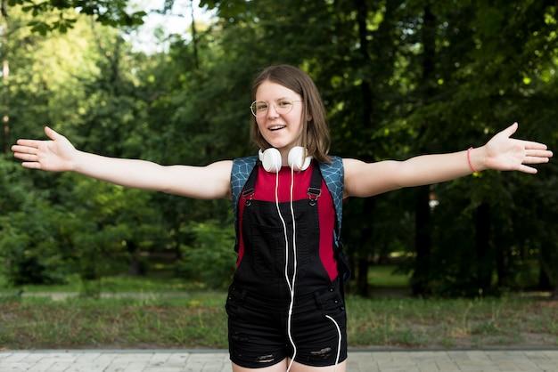 Mittlerer schuss des lächelnden highschool mädchens Kostenlose Fotos