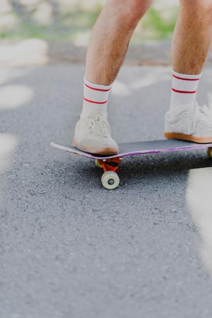 Mittlerer schuss des mannes auf skateboard Kostenlose Fotos