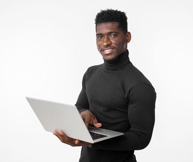Mittlerer schuss des mannes mit einem laptop Premium Fotos