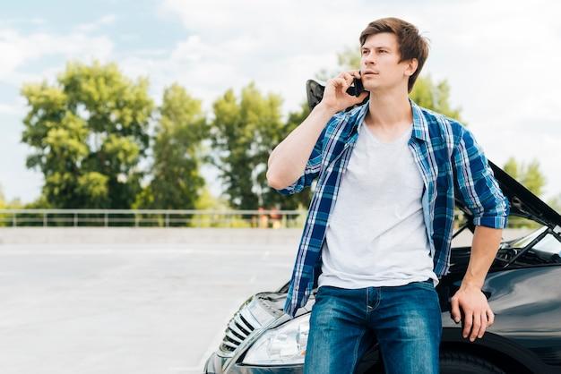 Mittlerer schuss des mannes sprechend am telefon Kostenlose Fotos