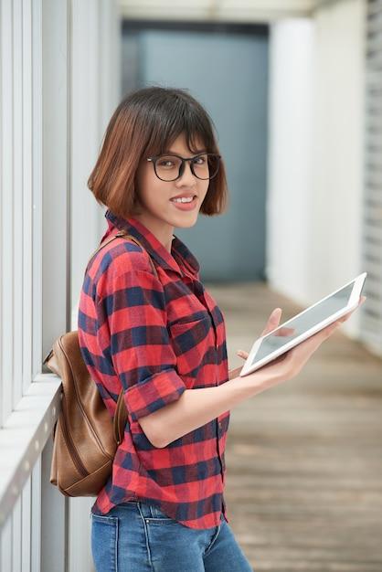 Mittlerer schuss des revidierenden materials des netten asiatischen studenten für die klasse Kostenlose Fotos