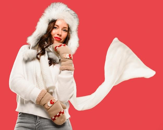 Mittlerer schuss des weiblichen wintermodells Kostenlose Fotos