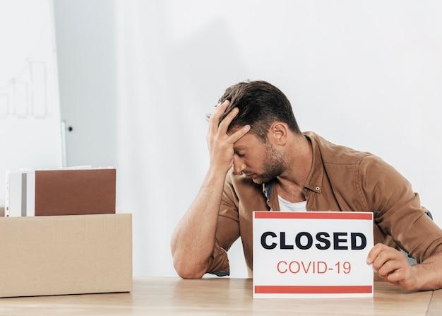 Mittlerer schuss gestresster mann während covid Kostenlose Fotos