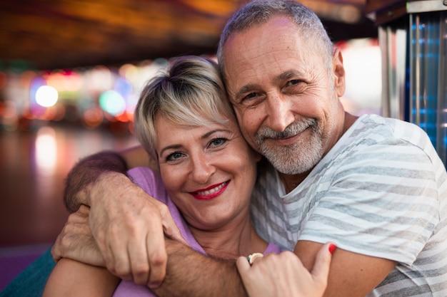 Mittlerer schuss glückliche menschen umarmen Kostenlose Fotos