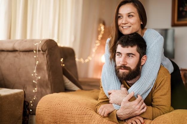 Mittlerer schuss glücklicher mann und frau zu hause Kostenlose Fotos
